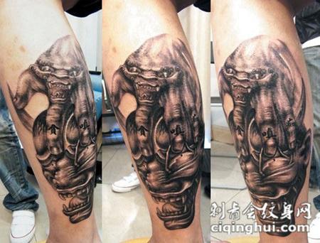 小腿上的恶魔纹身