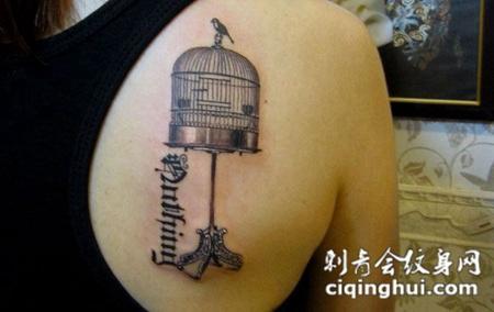 后背上的鸟笼子的纹身