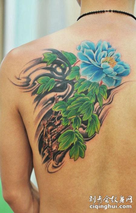 后背上的牡丹花纹身