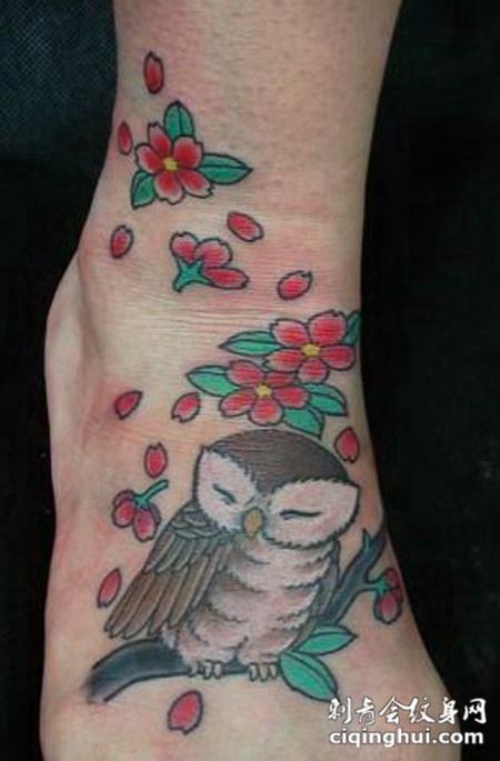 脚面上闭眼的猫头鹰纹身