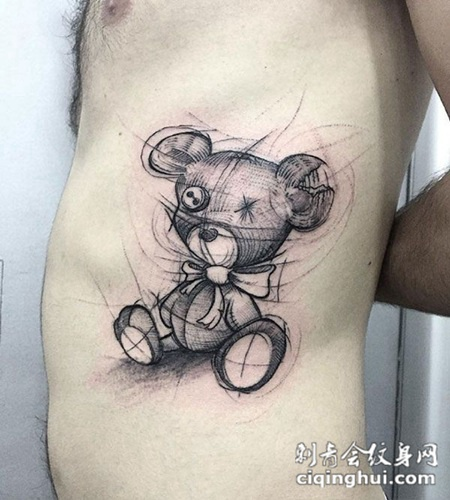 侧腰可爱的小熊布偶纹身图案