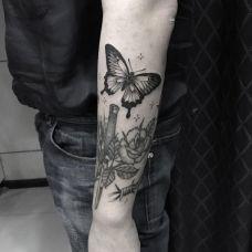 花间飞舞,手臂小清新蝴蝶纹身