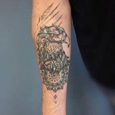 手臂炫酷的老鹰纹身图案