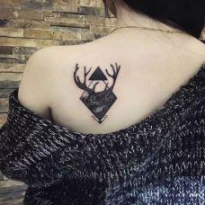 后肩黑灰几何麋鹿纹身图案