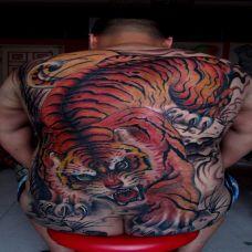满背下山虎纹身