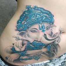 腰侧的象神纹身