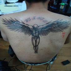 后背上低头的天使纹身