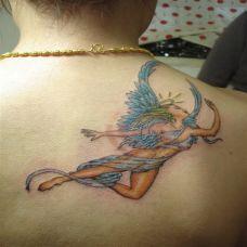 后背上的仰首的天使纹身