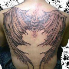 长着恶魔翅膀的骷髅头满背纹身