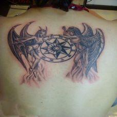 托着星盘的两个天使后背纹身
