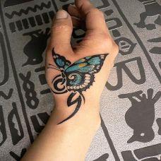 手腕上的蝴蝶纹身