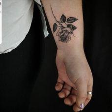 玫瑰花香,手腕好看的黑灰玫瑰花纹身