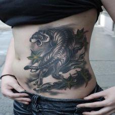 腰侧上山虎纹身图案