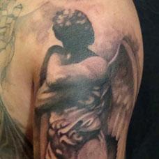 大臂上的天使纹身图案