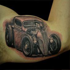 大臂上的汽车模型纹身图案