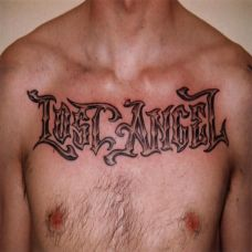 胸前的花体英文纹身图案