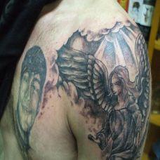 大臂上在乌云下的天使纹身图案