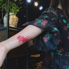 金鱼献瑞,美女手臂红色金鱼纹身