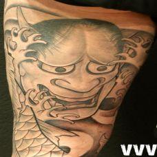 大腿上的般若纹身图案