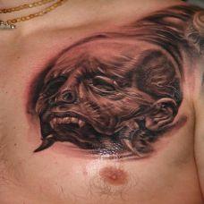 胸前的半个恶魔头纹身图案