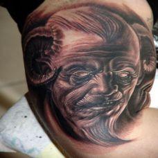 大臂上的弯角恶魔纹身图案