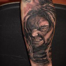 小腿上狰狞的恶魔纹身图案