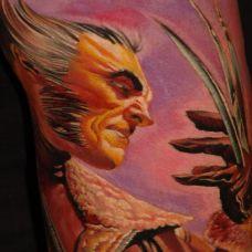 大臂上的白发恶魔纹身图案