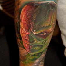 小腿上的双色恶魔的纹身图案