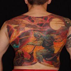 满背战斗中的天使纹身图案