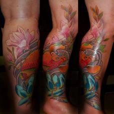 小腿上的鲤鱼莲花纹身图案
