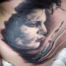 后背上带着伤疤的美女纹身图案
