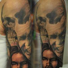 大臂上的骷髅恶魔纹身图案