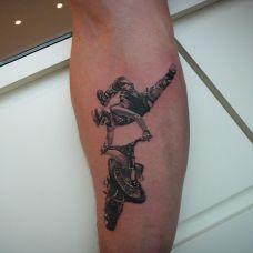 小腿上骑着摩托车的帅哥纹身图案