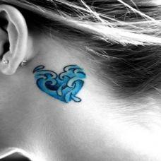 耳后的心纹身图案