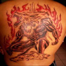 后背上的火焰狼人纹身图案
