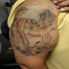 大臂上山虎纹身图案
