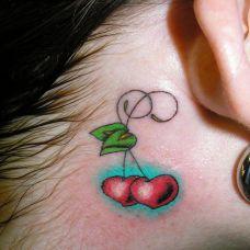 耳后的樱桃心纹身图案