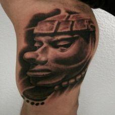 大臂上的雕刻小丑纹身图案