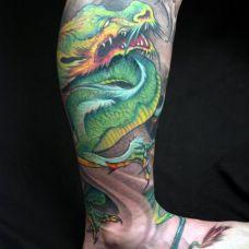 小腿上的绿色巨龙纹身图案
