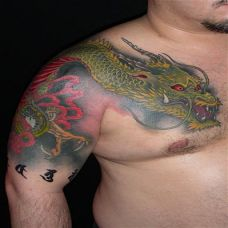 过肩绿色龙纹身图案