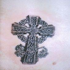 胸前的雕刻十字架纹身图案