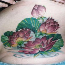 腰侧的荷花池纹身图案