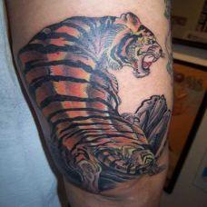 大腿上的上山虎纹身图案