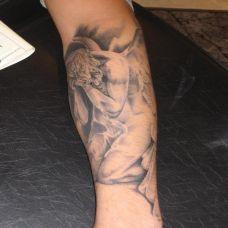 小臂上赤裸的天使纹身图案