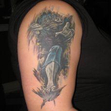 大臂上的撕皮恶魔纹身图案