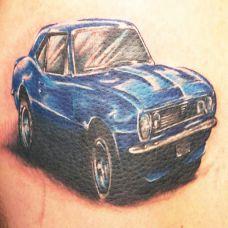 胸前的蓝色汽车纹身图案
