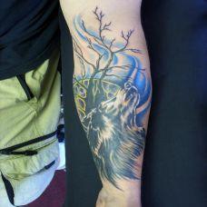 小臂上长啸的狼纹身图案