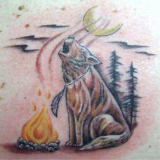 后背上的狼对月长啸纹身图案