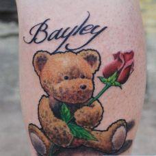小腿上的泰迪熊纹身图案