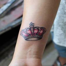手腕上的粉色皇冠纹身图案